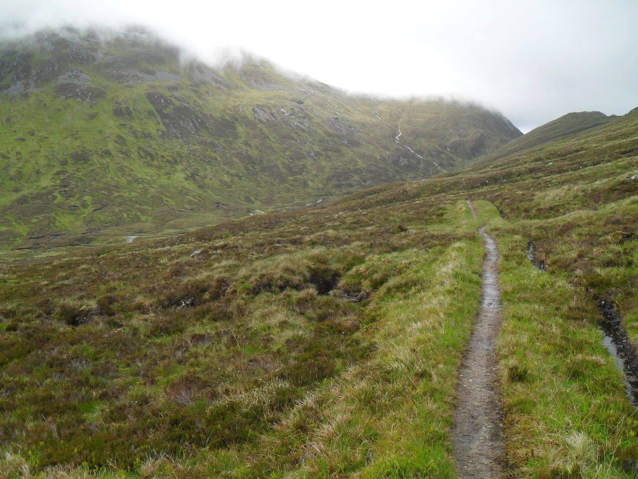 Vom <em>Bealach Cumhann</em> auf 669m geht's ins Tal des <em>Uisge Labhair</em>, aber nur 60 hm runter und dann wieder hoch zum <em>Bealach Dubh</em> auf 732m