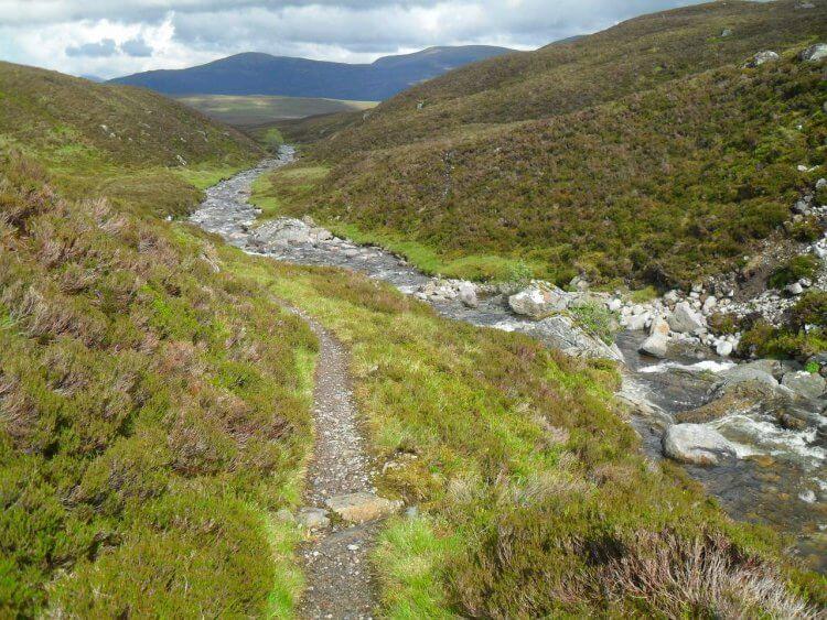 """und weiter rollt es bis an der <a href=""""https://www.mappit.net/layers/mountain-bothies-in-scotland/#bothy=26"""" rel=""""noopener"""" target=""""_blank"""">Culra-Bothy</a> das Ende dieses fantastischen Singletrails erreicht ist."""