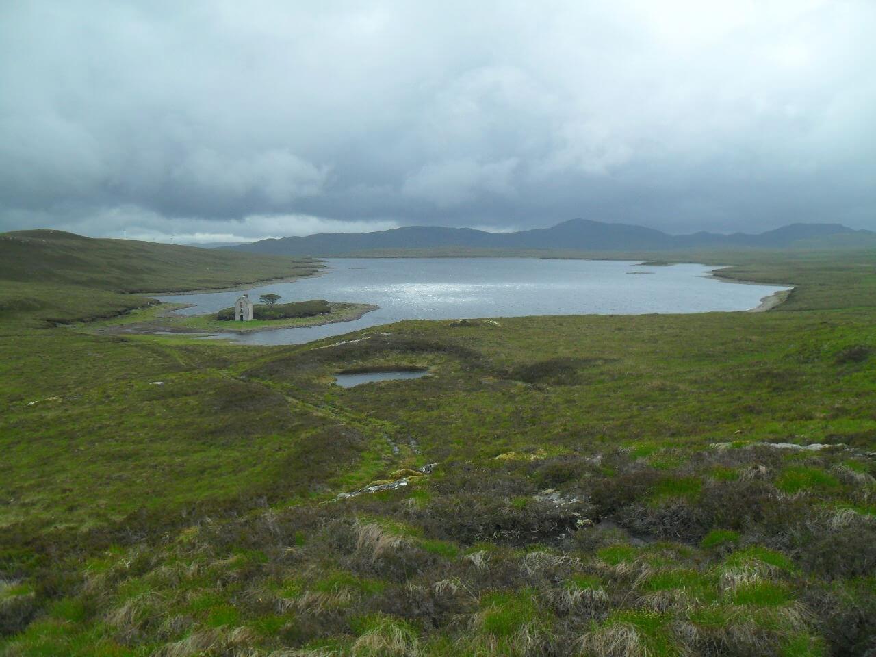 Blick zurück auf <em>Loch ma Stac</em> und seine pittoreske Ruine. An den Bergen im Hintergrund komme ich übrigens an Tag 11 vorbei, auf dem Rückweg nach Fort Augustus