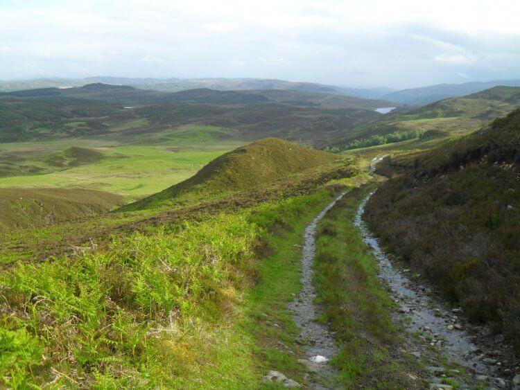 Blick zurück nach weiteren, steilen 150hm auf <em>Lochan Fada</em>. Hier wird der Track zum Bach