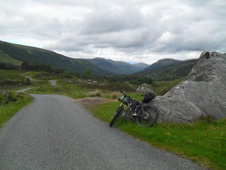 """Die Straße windet sich durch beeindruckende, gletscher&shy;geprägte Landschaft.<br/> Nach 16km erreiche ich <em>Bridge of Balgie</em> und seinen <a href=""""https://www.tripadvisor.co.uk/Restaurant_Review-g551795-d2075739-Reviews-Glenlyon_tea_room-Aberfeldy_Perth_and_Kinross_Scotland.html"""" rel=""""noopener"""" target=""""_blank"""">Tearoom</a>, aber der ist leider schon geschlossen"""