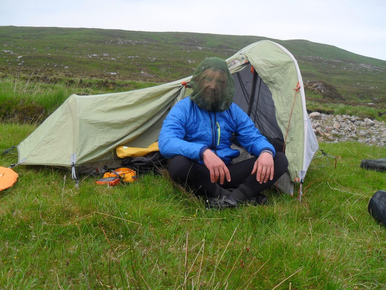 Aber man ist ja gerüstet.<br> Wildcampen in the middle of nowhere, am Ende von Glen Golly, kurz vor dem nördlichsten Punkt des HTR, mindestens 12km Luftlinie von der nächsten Siedlung entfernt, 30km seit dem letzten Schaf, 1cm bis zu nächsten Mücke.<br> Genau hier wollte ich hin.<br><br> <strong>Alba gubrath!</strong>