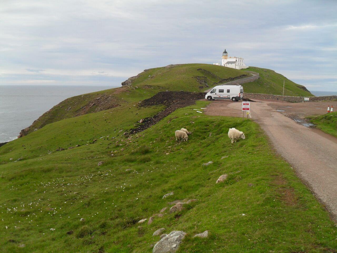 """Stoer Lighthouse an der Nord-West-Ecke des Assynt. In 3km Entfernung, nur durch Fußpfade erreichbar, ist der <a href=""""https://de.wikipedia.org/wiki/Old_Man_of_Stoer"""" rel=""""noopener"""" target=""""_blank"""">Old Man of Stoer</a>, aber der passt leider nicht in meinen Zeitplan"""