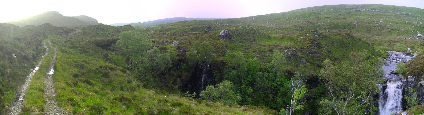 Die Kerbe des Tales wird immer schmaler. Der Wasserfall wird von einem Zufluß gebildet, dem Allt Beith