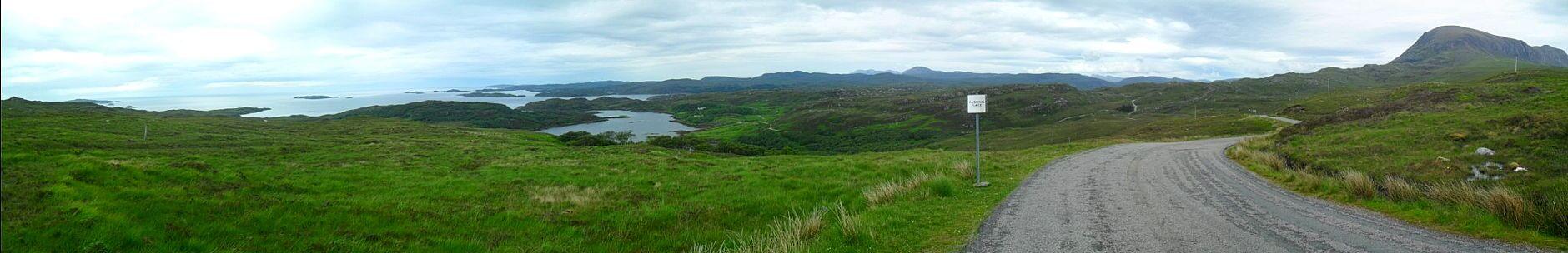 Blick zurück. Der Berg in der Bildmitte am Horizont ist der Ben Stack, an dem ich heute morgen vorbeigefahren bin, links dahinter der Foinaven