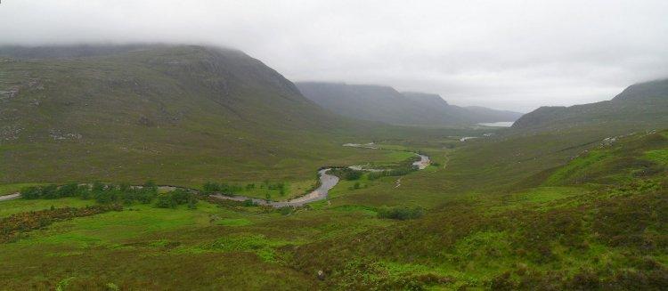 Blick zum Loch na Sealga. Unten rechts des Baches sieht man den Track zur Shenavall Bothy. Die Wilderness zeigt heute ihre düstere Seite.....